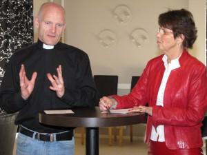 Christer Roshamn, pastor och Yvonne Andersson, (KD) Foto: Nils-Ingvar Graan/Kristdemokraterna Motala